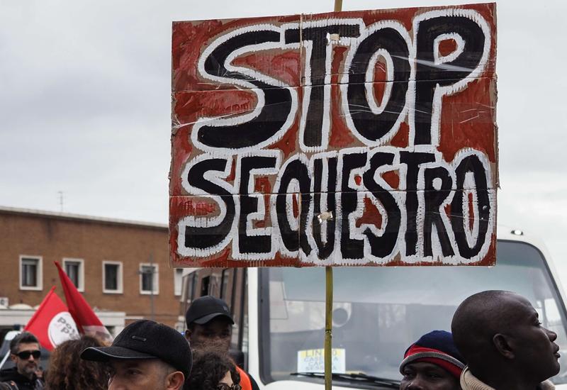 Caserta, migliaia in marcia a sostegno dell'Ex Canapificio