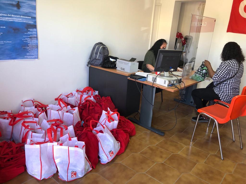 Castel Volturno, la Flai distribuisce pacchi alimentari ai migranti